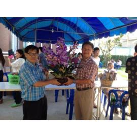 กรรมการ คุณพรเทพ  ตั้งสุวรรณศรี มอบกระเช้าดอกไม้ แสดงความยินดีกับทางลูกค้างานทำบุญขึ้นบ้านใหม่
